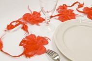 Ghirlanda con fiori e piume rossa