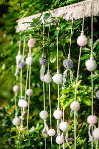 Arazzo con pon pon bianchi rosa e grigi-1