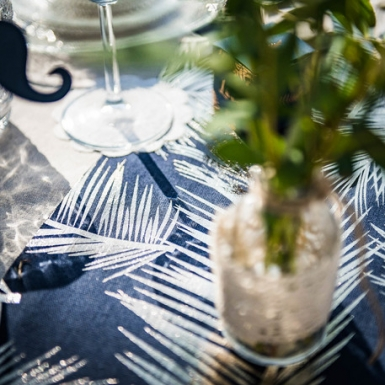 Runner da tavola in lino blu con foglie oro-2