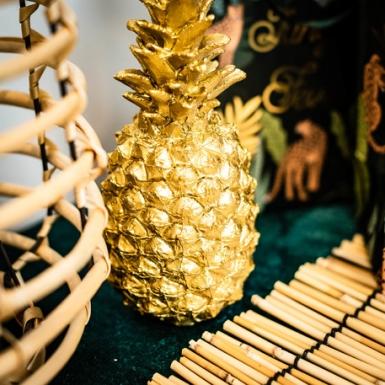 Ananas decorativa in resina dorata-1