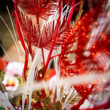 Ramo di pino con paillettes rosse 96 cm-1